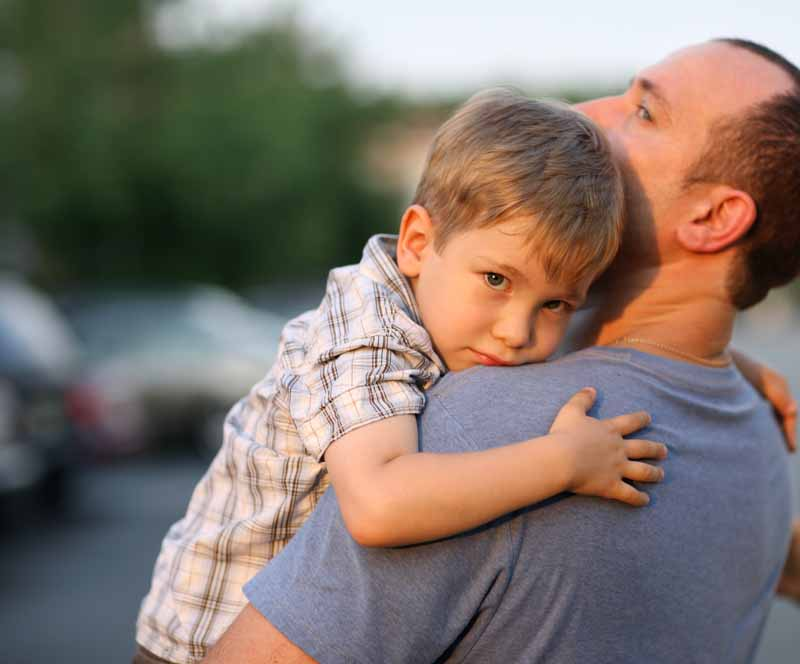 Ребенок плакал, когда подошел к нему, потому что потерялся. Но он был в шоке от реакции родителей мальчика!