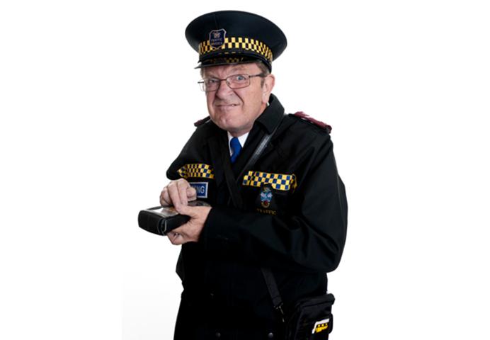Мужчина увидел, что полицейский выписывает штраф на парковке. Тогда он говорит ему это!