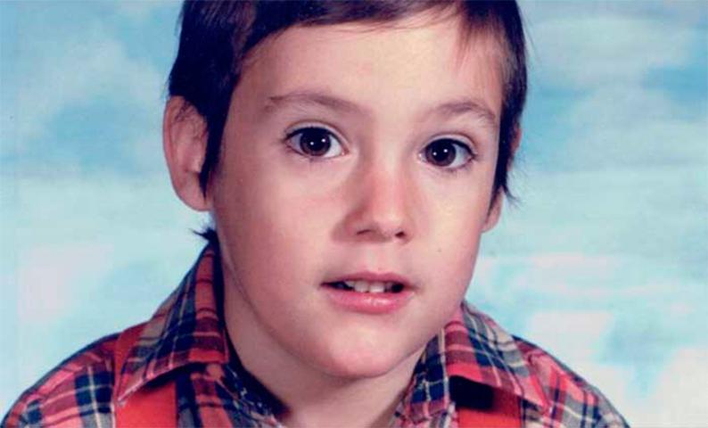 Ученику второго класса диагностировали ВИЧ, которым он заразился от своей биологической матери. То, что сделал его директор школы — оставило всех в слезах!