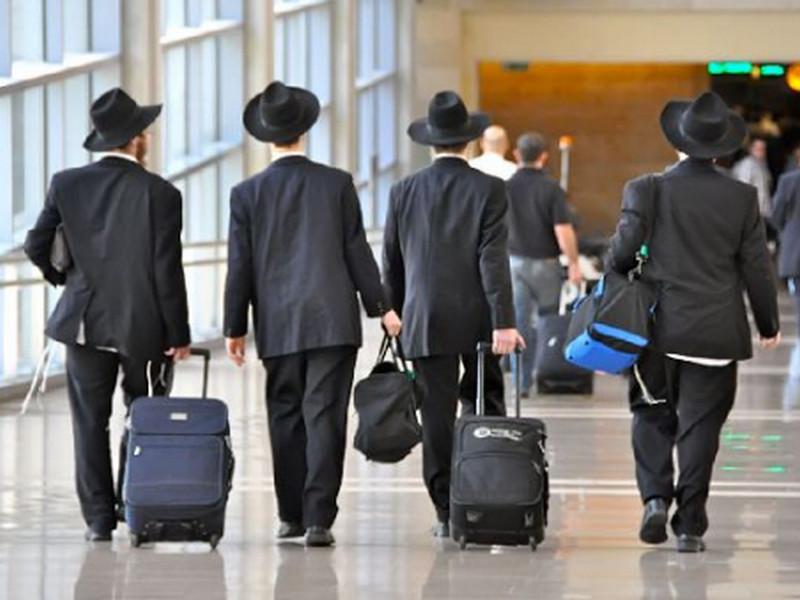 Еврейка тащит пьяного еврея по аэропорту. То, что он спросил у жены — это НЕЧТО!
