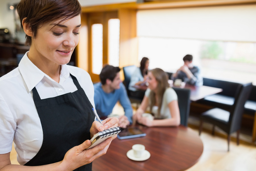Официантка была потрясена, когда эта женщина попросила ее выгнать других посетителей. Но затем произошло это!