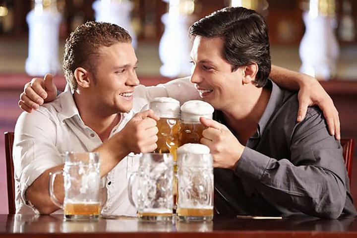 Два старых приятеля встретились в баре и решили выпить по бутылочке пива. Но спор, который между ними завязался – истерика!