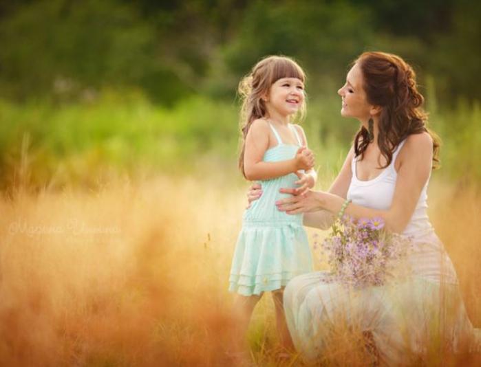 Девочка спрашивает свою маму, как она так много знает. Ответ ее мамы — это гениально, но реакция ее дочери — еще лучше!