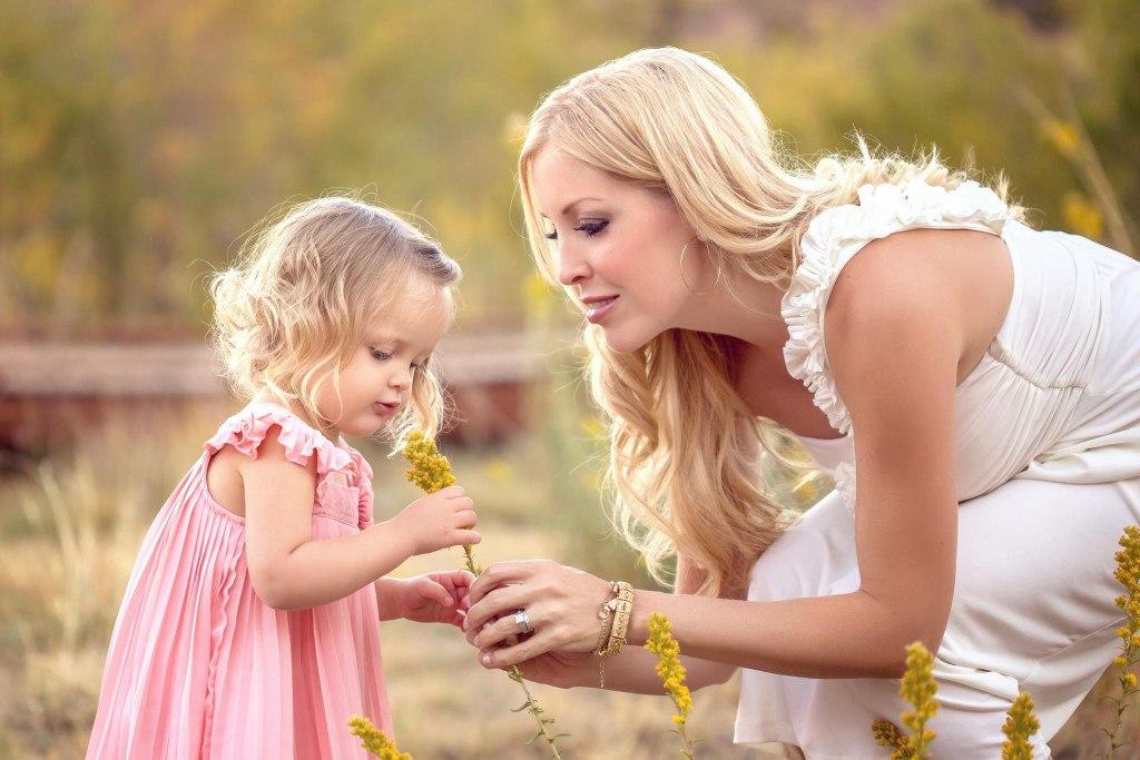 Она заметила, как эта мама-блондинка каждый день отводит свою дочь в школу. И это изменило ее жизнь навсегда!
