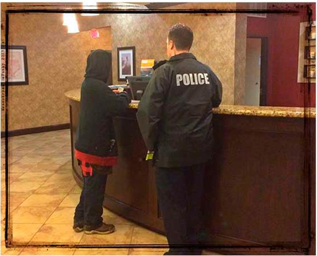 Департамент полиции опубликовал это в интернете после того, как сотрудник нашел человека на шоссе!