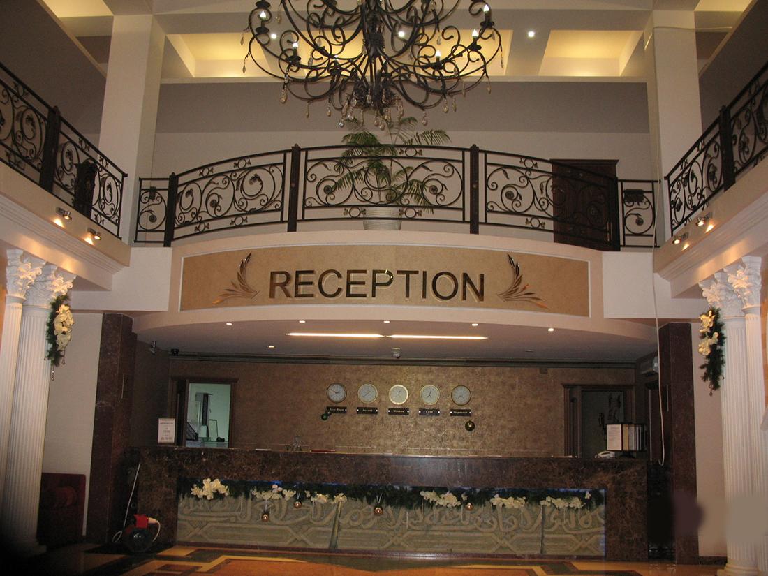 У мальчика начинается истерика в вестибюле отеля. Когда родители угрожают уйти, консьерж делает это!