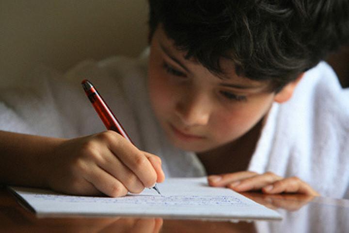 Она наказывала своего сына, заставляя его написать письмо с извинениями. Но была шокирована, когда он сделал это!