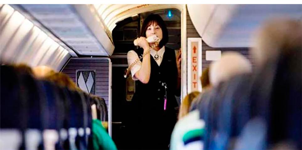Она проинформировала всех, что рейс не обеспечен достаточным количеством обедов для всех пассажиров. Но она никогда не ожидала такого ответа!