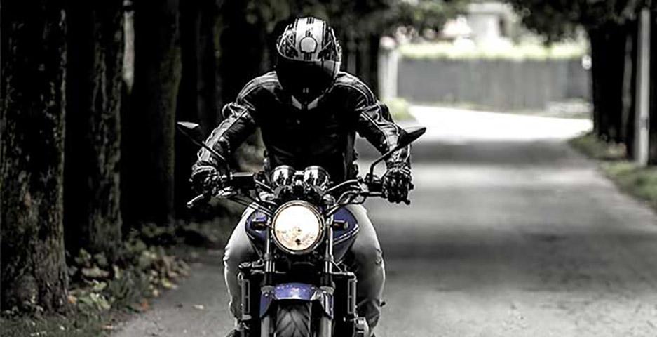 Мужчина на большом черном мотоцикле сказал, что даст ей $10, если она сядет к нему на мотоцикл. Но ответ девочки – золото!