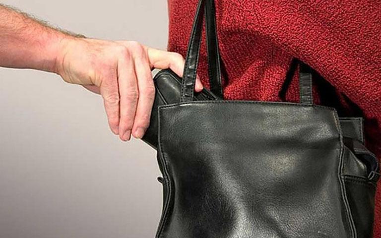 Мужчину поймали на краже в продуктовом магазине. Но он никогда не ожидал, что женщина поступит с ним таким образом!