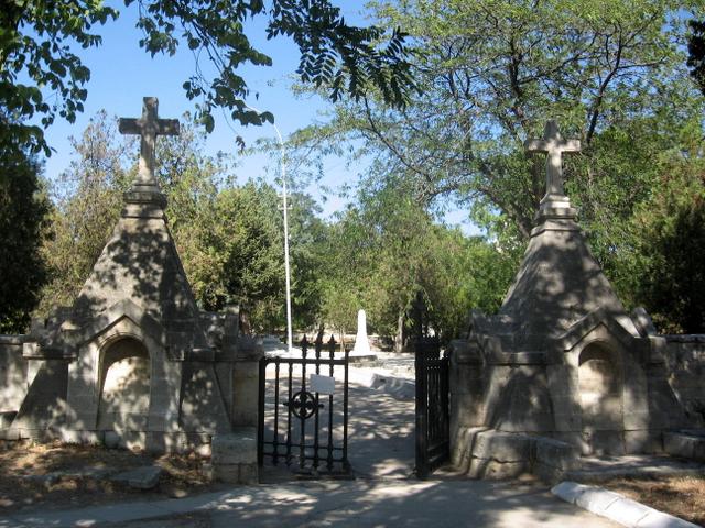 Блуждающий пьяница испугался до полусмерти во время прогулки по кладбищу. Это бесценно!
