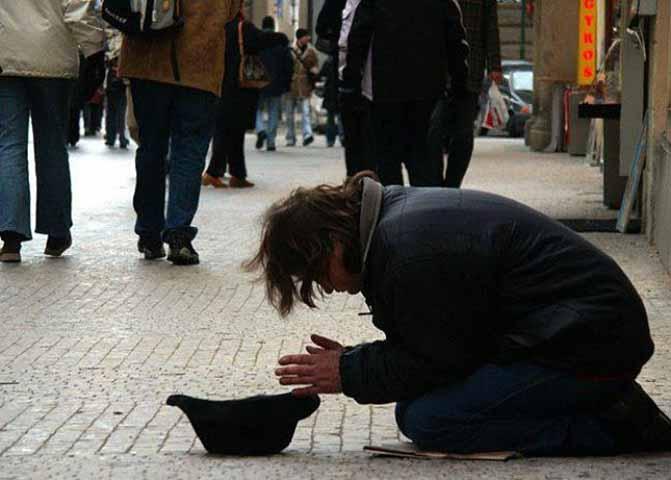 У мальчика была табличка, которая гласила: «Я слепой, пожалуйста, помогите». Но затем незнакомец пишет новое сообщение на табличке!
