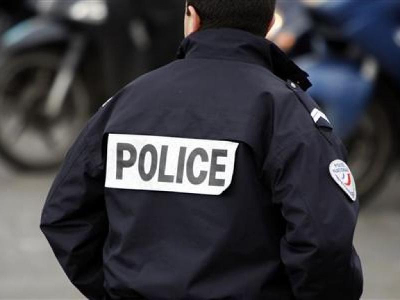 Два полицейских вошли в ресторан со своими рациями. Женщина сделала фотографию, когда произошло это!