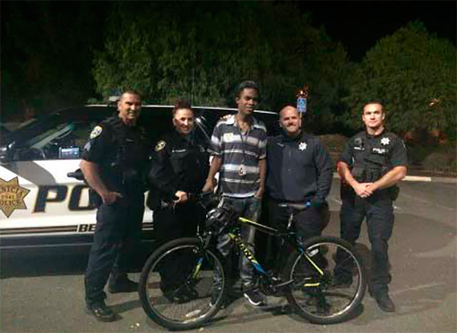 Офицер замедлил свой автомобиль, чтобы спросить, куда направляется этот подросток так поздно ночью. Что произошло дальше это просто удивительно!