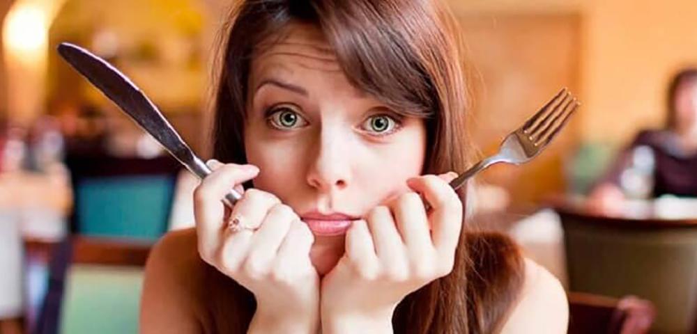 Официантка спрашивает женщину, почему ее муж пытается спрятаться под столом. Но ее ответ — уморительно!