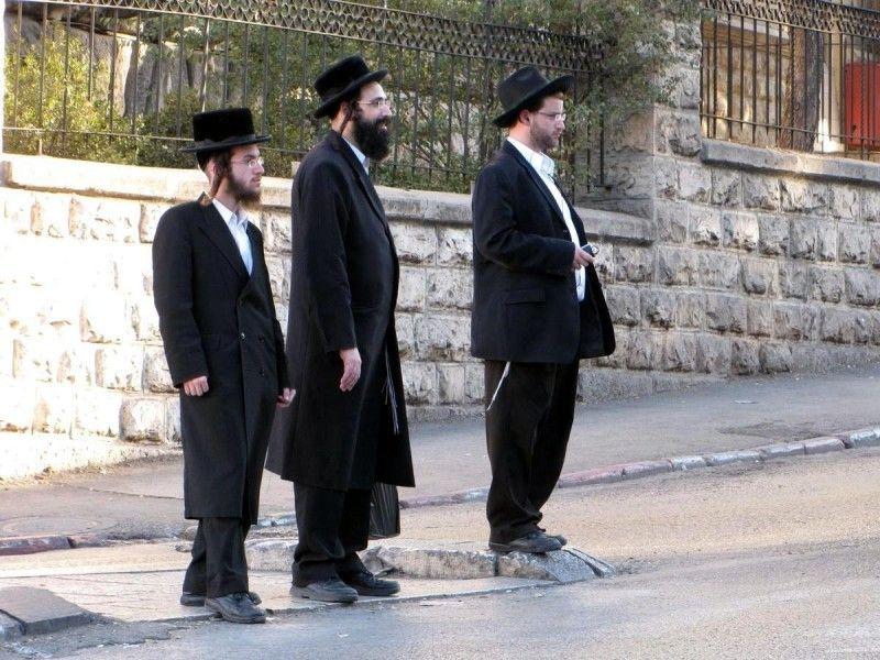 Три еврея собрались в командировку, когда произошло землетрясение. Вот это реакция соседей!