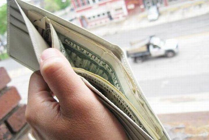 Он подбросил в кошелек своей бедной мамы 20 долларов. Первое, что она сделала, когда нашла эти деньги – бесценно!