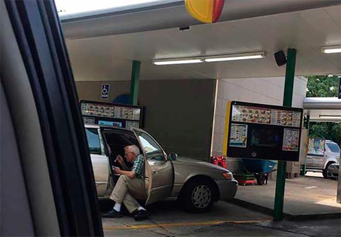 Мужчина видит пожилую пару, которая делала это в салоне автомобиля, мгновенно он хватает свой телефон и делает этот кадр!