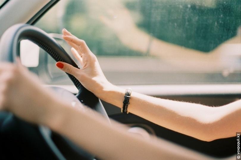 Женщина превышает скорость, но как она выкручивается из этой ситуации – впечатляет!