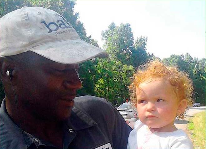 Водитель грузовика спас маленькую девочку, которая ползла по шоссе. Но офицеры никогда не ожидали, что он остановится и сделает это!