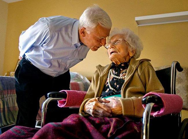 Двое пожилых людей ужинали вместе, но их разговор на следующее утро – фантастика!