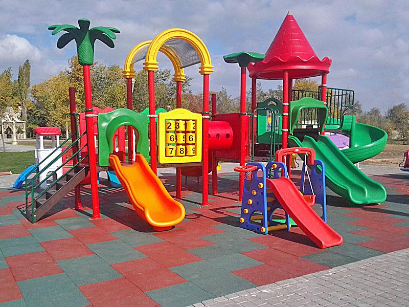 Дети играли на детской площадке, когда произошло что-то неожиданное!