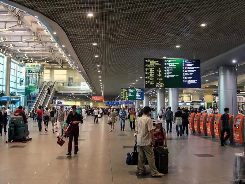 Мужчина случайно нашел в аэропорту кейс набитый деньгами. Концовка истории — это нечто!
