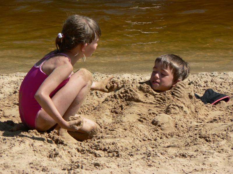 Пока мама пошла взять панамки, папа придумал, как обезопасить сына и сходить купаться!