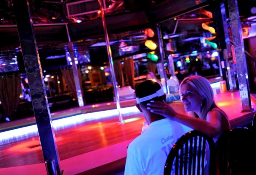 Он отправился в стриптиз-клуб, но вместо того, чтобы развлекаться, он спросил у девушки, что заставило ее сделать это. Ее ответ оставил его потрясенным!