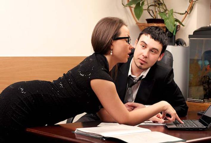 Он сообщил об этом менеджеру и боссу, когда девушка в его офисе схватила его за з@дницу и чрезмерно с ним флиртовала. Но офис был потрясен, когда он сделал это!