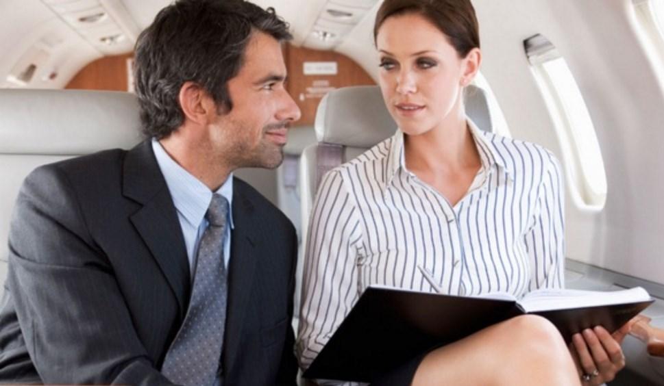 Этот мужчина был возбужден и встревожен, когда потрясающая женщина сидела рядом с ним в самолете. Но она была потрясена, когда он сказал это!