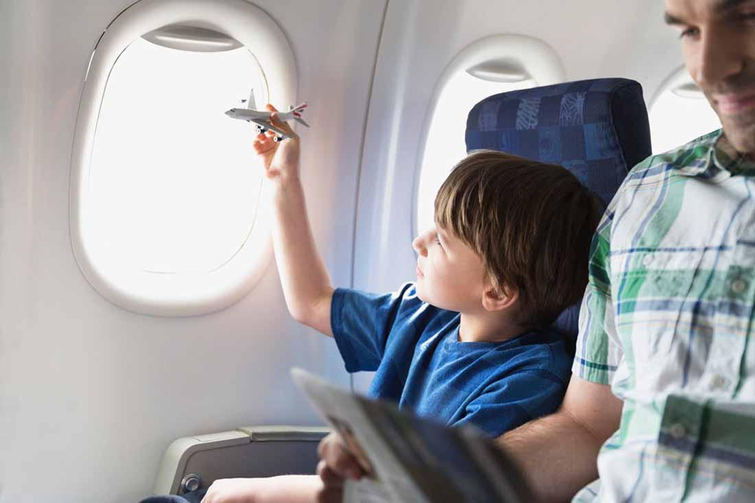 Мама была обеспокоена, когда ее малыш должен был сидеть рядом с молодым парнем на протяжении всего перелета. Но потом произошло это!