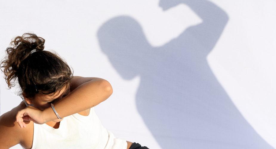 Он ударил свою жену об стену, когда она пыталась поспорить с ним. Но она не ожидала, что произойдет на следующий день!