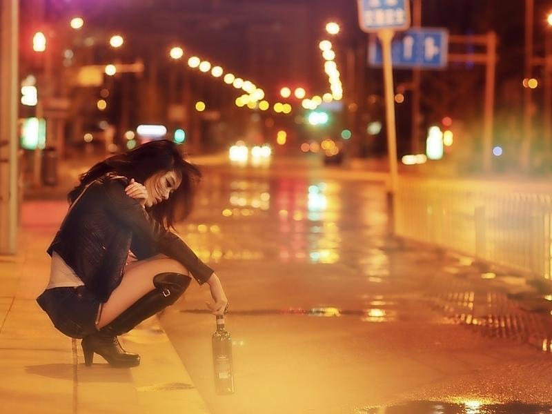 Парень вел выпившую девушку по улице. Ты не поверишь, что она хотела забрать домой!