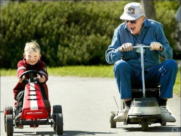 Приїхав внук до діда, от його дід і питає, як справи у школі, які оцінки…
