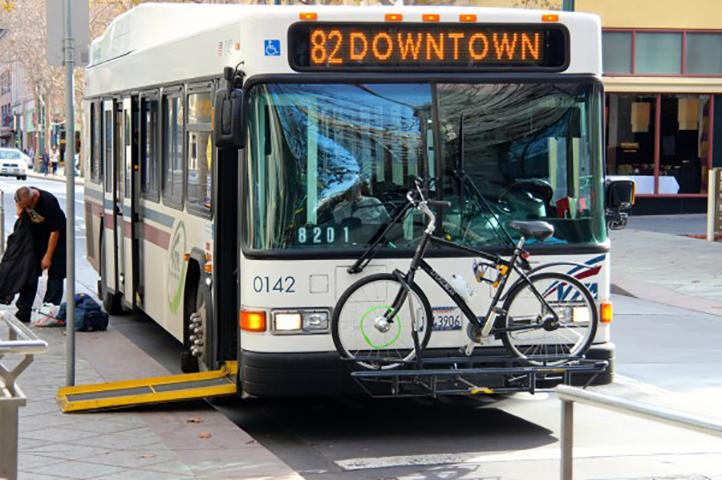 Женщина не могла подняться на ступеньку автобуса, но не ожидала, что человек, стоящий за ней, сделает это!