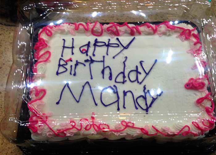 Эта работница-инвалид не смогла красиво подписать торт ко дню рождения. Но она не ожидала, что клиент так на это отреагирует!