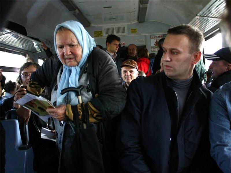 Парень и девушка стояли плотно в троллейбусе. Концовка истории — это нечто!