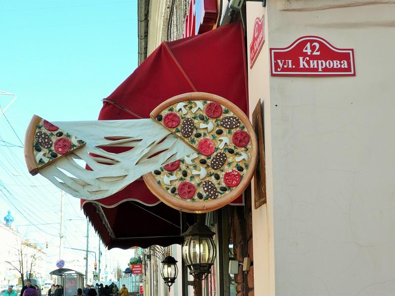 Хулиганы нарисовали на вывеске пиццы таракана и муху. Не поверишь, как теперь там ее заказывают!