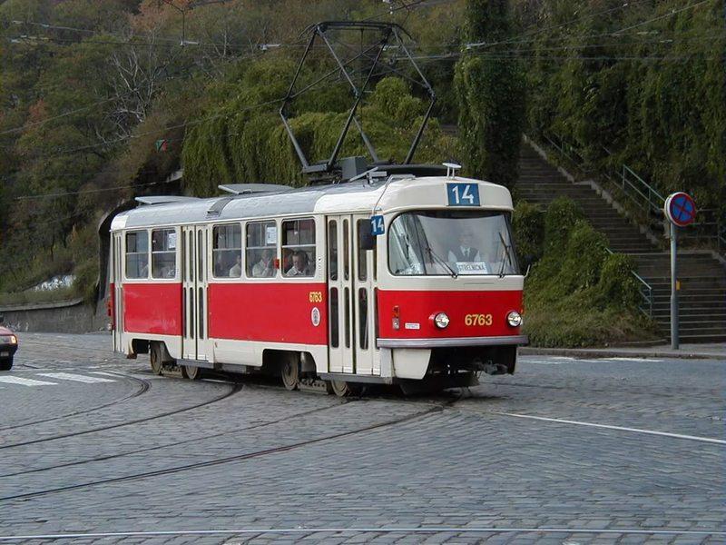 Пьяный мужик в трамвае пытался выпасть на остановке. Вот, как это выглядело со стороны!