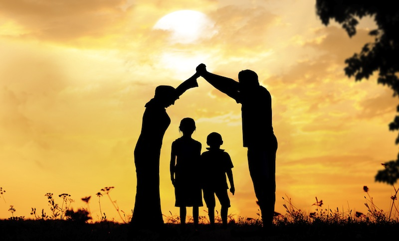 Этот богатый мужчина решил показать своему сыну, как живут бедные люди. Но шокирован, когда его сын сказал это!