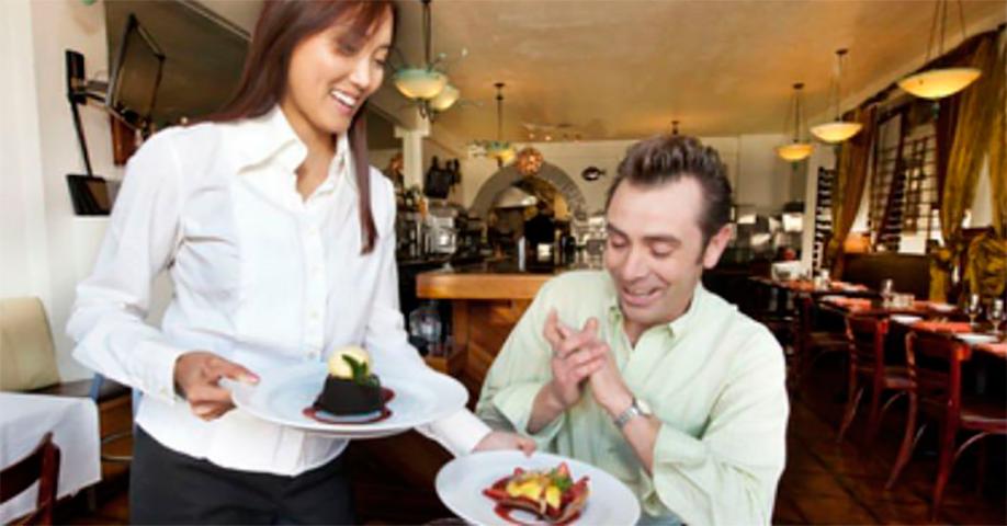Лучший способ наказать того, кто оскорбляет женщину-официанта. Это гениально!