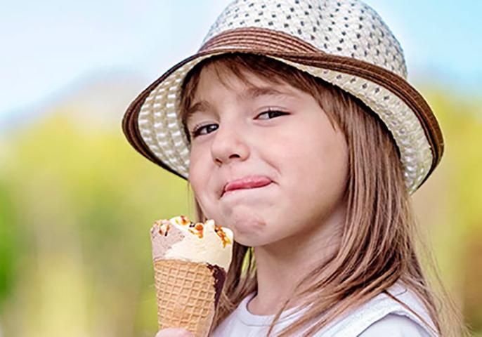 Бедная девочка плакала, когда ее выгнали из магазина мороженого, потому что у нее не было обуви. Но потом произошло это!
