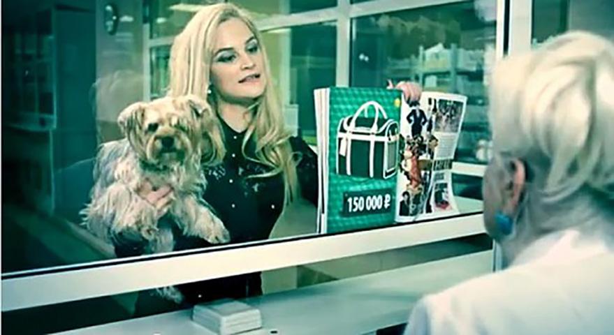 Банкир шокирован тем, что просит эта блондинка. Ее ответ – гениально!