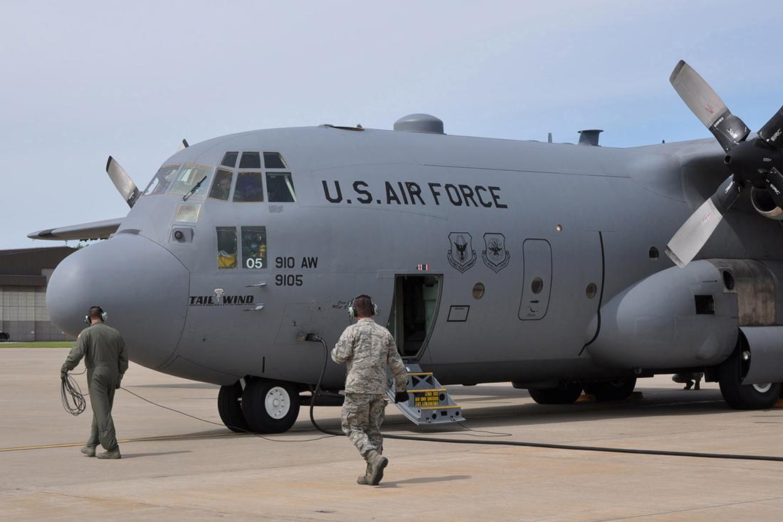 Пилот пытается наказать члена ВВС США. Он не ожидал такого ответа!
