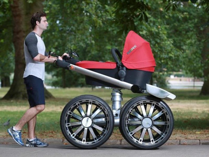 Папаша гулял с коляской, когда молодежь возле подъезда повела себя неожиданно!