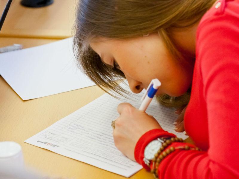 Учительница пожаловалась, что дочка пишет с ошибками и матами. То, что ответила мама — НЕЧТО!