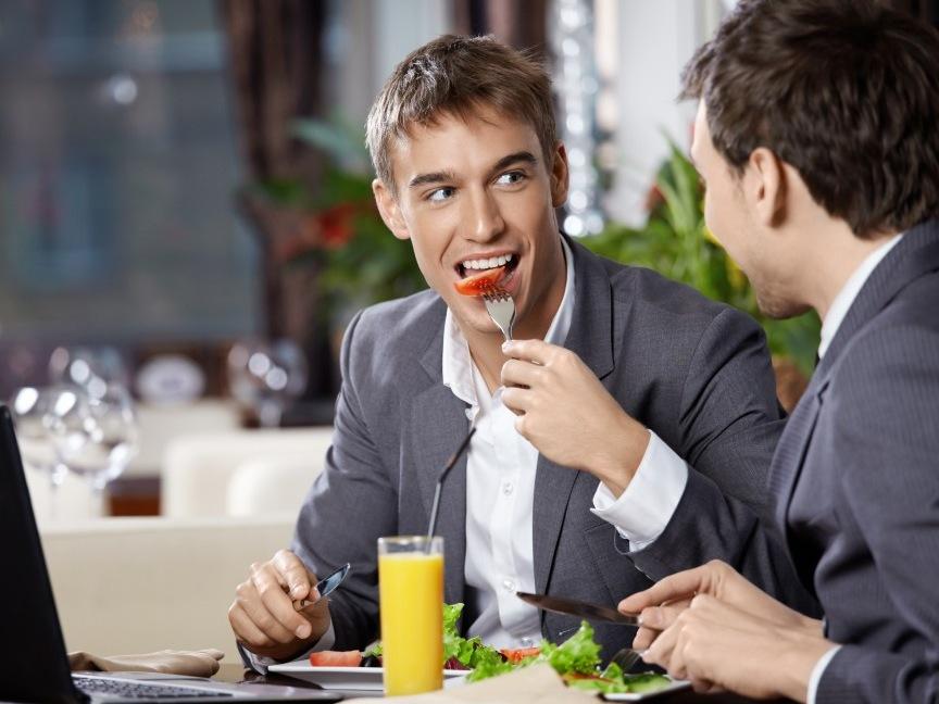 Двое мужчин обсуждают подарки ко Дню Святого Валентина для своих жен — дождитесь ответа второго парня!