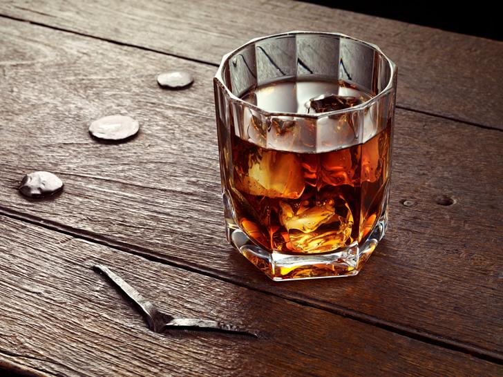 Байкер издевался над невинным мужчиной в баре, но последствия этого – ужасны!
