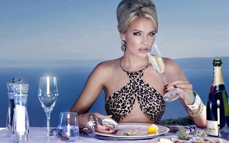 Женщина приглашает бездомную леди на ужин, но ее скрытый мотив — это безумие!